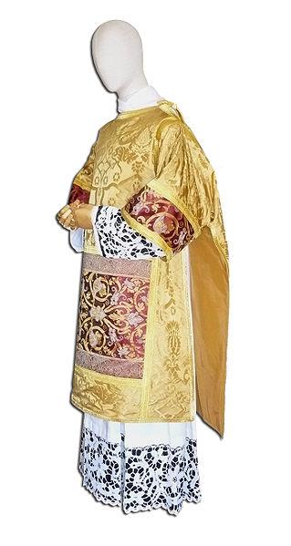 Dalmática: Vestidura litúrgica que usan los diáconos. Pieza de vestir de gran solemnidad que usaban los reyes en la edad media.